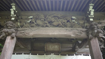 安国論寺本堂の木彫り.jpg